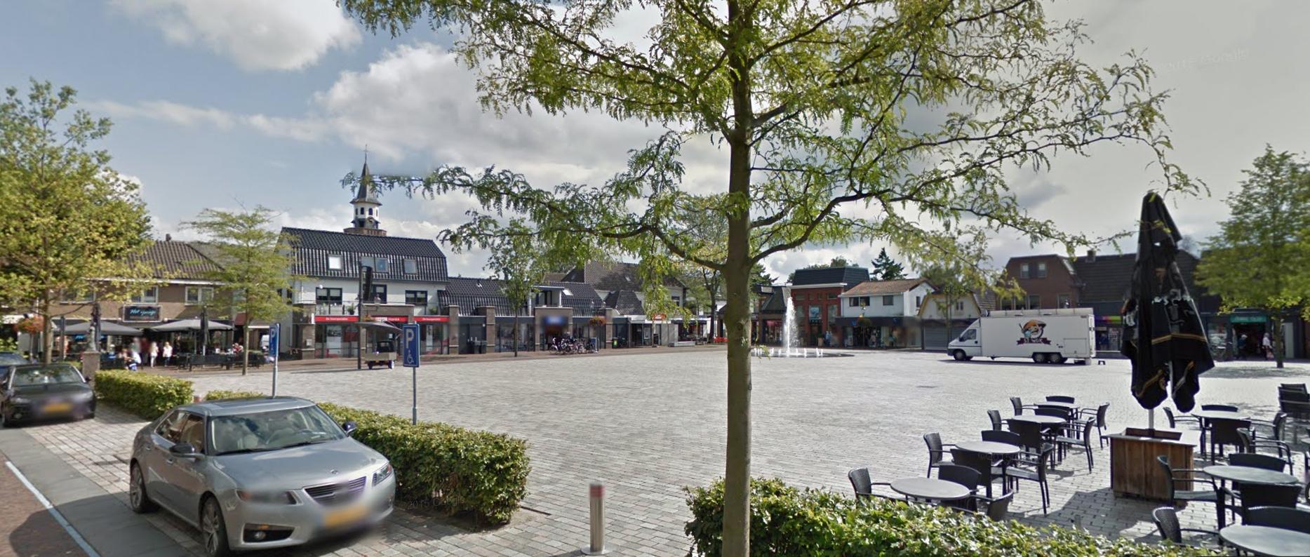 Afbeelding van het marktplein en winkels in het centrum van Nunspeet.