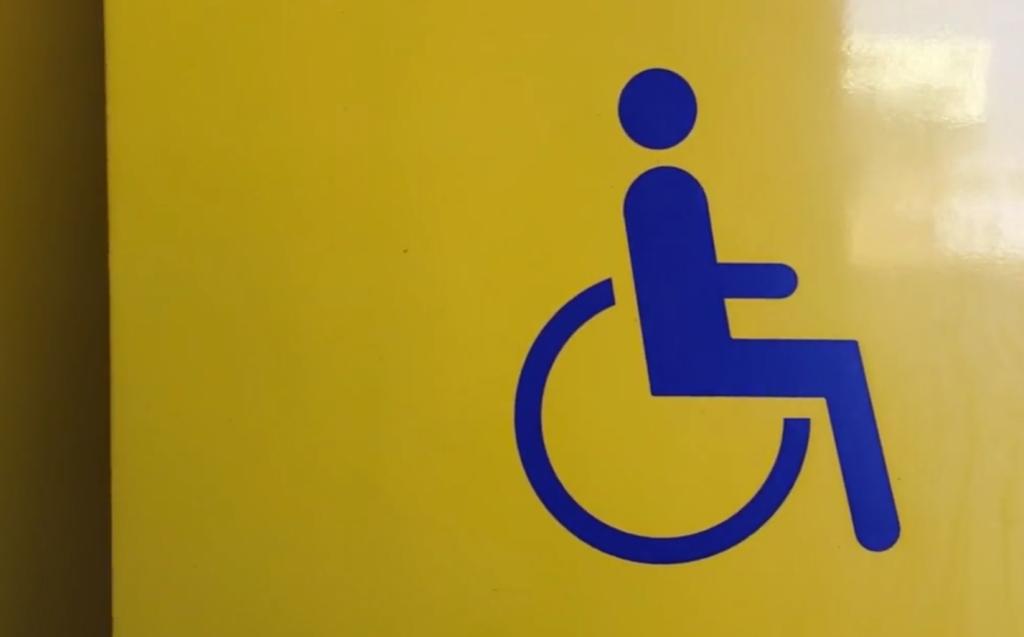 Afbeelding van het rolstoelsymbool op een NS trein.