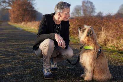 Afbeelding van Helma Verhoeven met haar assistentiehond i.v.m. har beperking.