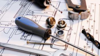 Afbeelding van gereedschap en kleine bouwmaterialen op een bouwtekening.