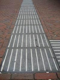 Afbeelding van een ribbel-tegel geleidelijn.