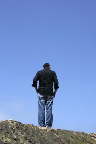 Afbeelding van een kwetsbaar persoon met een psychische beperking starend in de verte.
